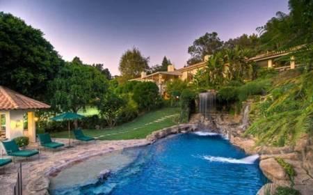 Bể bơi đẹp như mơ của sao Hollywood